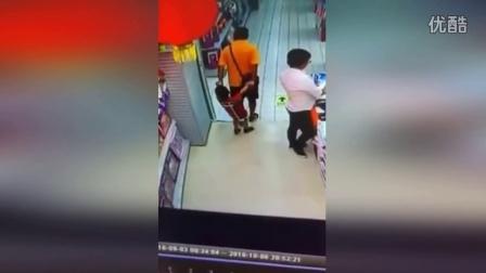 监拍男子不慎向后跌倒 孩子头颈被压不治身亡