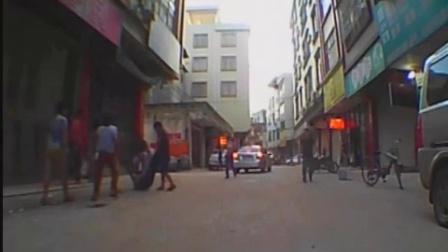 广西平南县大坡镇中兴街,黑社会当街拿刀砍人,惨不忍睹