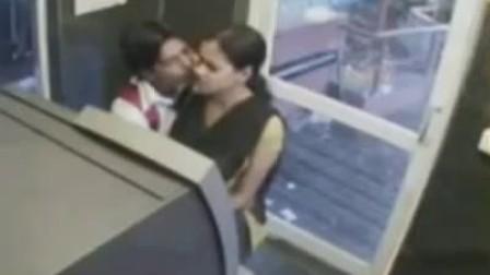 监控拍摄印度ATM前情侣不雅行为