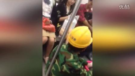 实拍南昌地铁上一女子辱骂农民工 旁边女生挺身而出
