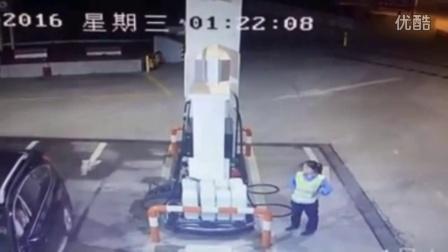 女司机疑因和加油站女工吵架 驶离10秒掉头将其撞死