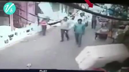 印度男子头顶两麻袋爆竹 闹市发生爆炸 厉害了我的印度阿三哥