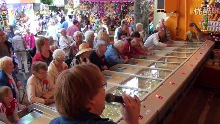 赛马游戏机不仅年轻人爱玩老人也不例外!
