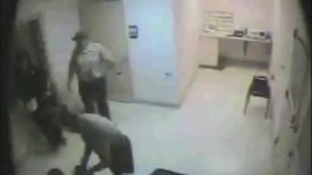 监控实拍酒驾女遭美国警察脱光衣服搜身