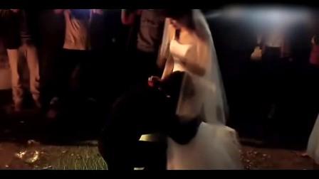 大学女生穿婚纱在男生寝室楼下求婚,被男友抱回寝室![心]