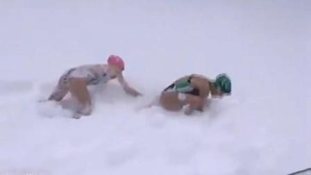 """美暴雪过后掀起""""潜雪""""热 穿泳裤泳衣跳入雪堆中"""