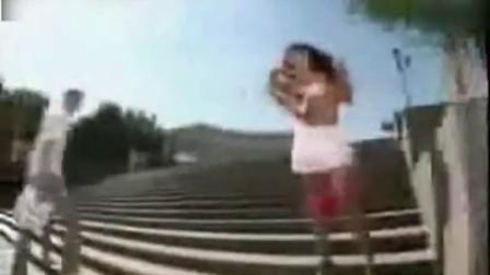 美女你的小裤裤掉了 国外街头恶搞整蛊搞笑视频