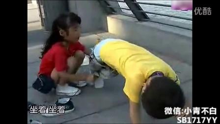 小男孩尿裤子后小女孩帮忙换,太可爱了!
