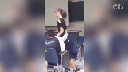 污!小情侣教室内搂抱自拍 网友:后面男同学快崩溃
