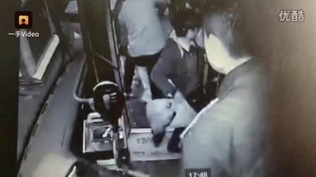 女孩说别挤,被男子打下公交车致骨折