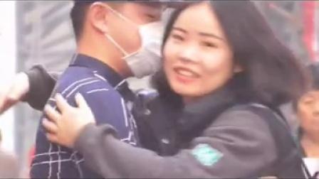 社会实验第二期:艾滋病患者街头求拥抱,国人会怎么做?如果是你,你会拥抱吗。在摄像机隐藏拍摄下看到了这