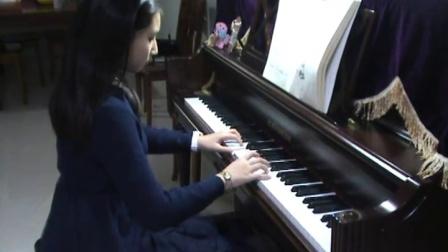 郑州美丽女孩儿钢琴即兴演奏谷建芬老师亲情歌曲《妈妈的吻》
