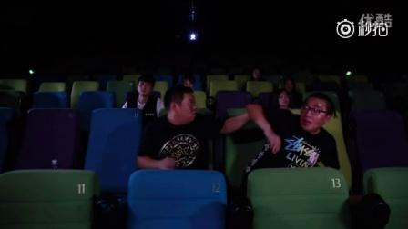 """电影院里看""""小黄片""""遭遇的尴尬事!更多好玩视频,关注我们的新浪微博 @摧绵大湿本尊"""