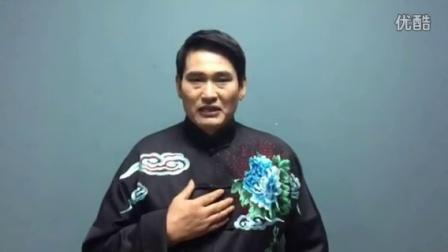 大衣哥拍摄视频祝贺朋友演唱会演出成功