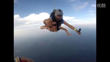 实拍裸体美女高空跳伞