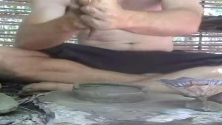澳洲小哥荒野求生系列第1集《枝条和胶泥小屋》Primitive Technology_标清