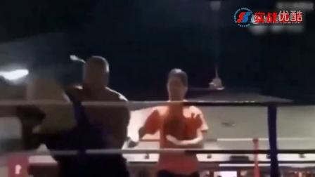 格斗赛场上裁判跟选手打架太疯狂 拉都拉不住