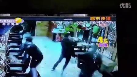 12月16日晚上9:15监控下,一群黑衣人面带口罩,手持棍棒斧头打砸了科技路上的名座美容美发店,店内顾客和员工未受伤害,目前辖区警方已立案侦查,媒体也将持续关注