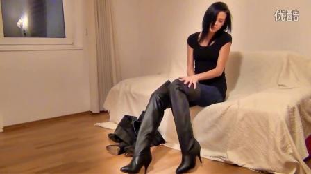 小屁同学吧——维多利亚靴子尝试在她的客厅