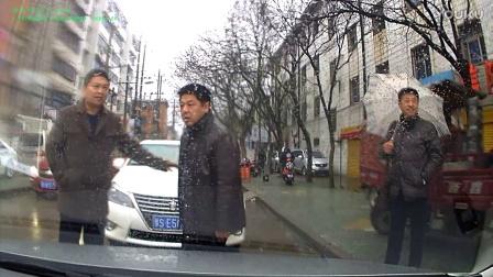 2016年12月25日11点13分,信阳平桥区团结路豫SE5888逆行