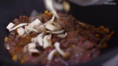 絶品ソースがポイント! きのこと牛肉のにんにくたっぷりガーリックピラフ