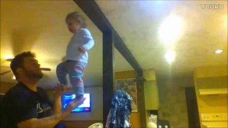 搞笑!奇葩老爸从小让女儿站自己手掌上练平衡!