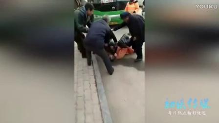 实拍东营出租车司机殴打环卫老人  重拳伤人将其撂倒