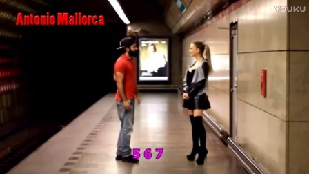 """骗吻狂魔,地铁站向一""""大波""""美女疯狂骗吻!"""