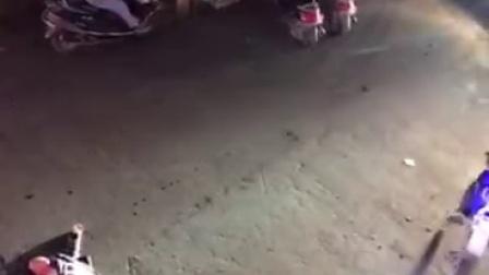 最近社交网上传了一段视频,凶狠的歹徒,杀人砍人的场面