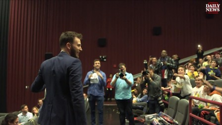 Chris Evans surprises kids at Daily News charity screenin