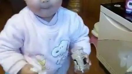 一岁处女座萌宝爱打扫