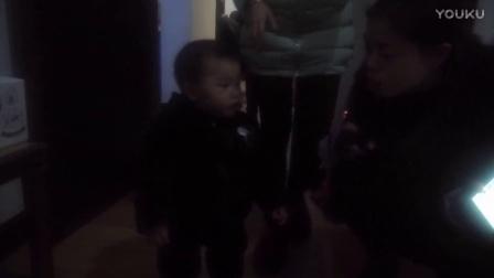小孩学走路,好看。