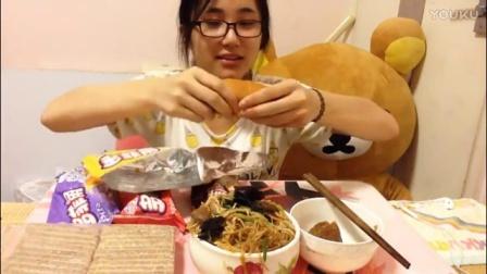 【中国吃播 KIKI酱】什锦炒粉丝 小肉粽 多菲角多口味 北京买来的面包_美食圈_生活