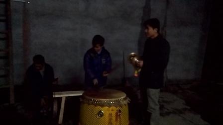 贺州八步区信都镇福桥村小孩敲狮子鼓