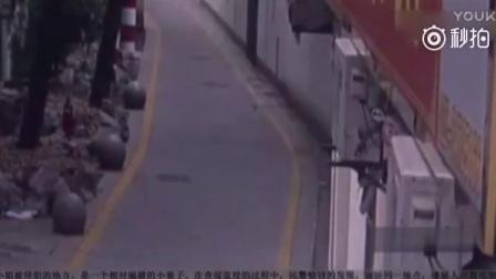 变态男开摩托车沿街袭胸 屡次作案专挑独身女子