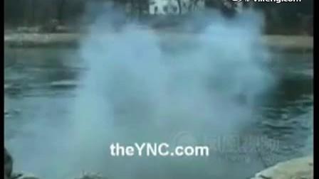 实拍男子向湖中炸鱼 手掌瞬间炸成肉条www.18dns.com.cn
