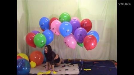 美女扎爆气球