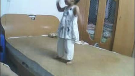 一岁的小女孩唱歌-暴笑