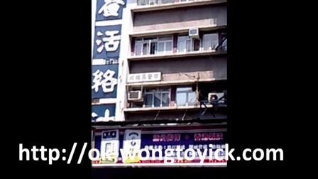 黄道益活络油 香港黄道益总店外的黄道益活络油广告 (新包装上有红线)