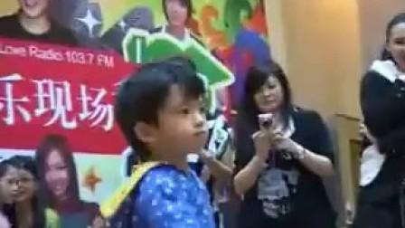 谢霆锋、张柏芝大儿子Lucas秀杰克逊热舞,嘟嘴抬腿,超可爱