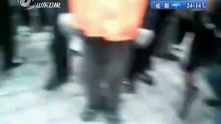 哈尔滨:暴力执法惹众怒城管遭百人围攻