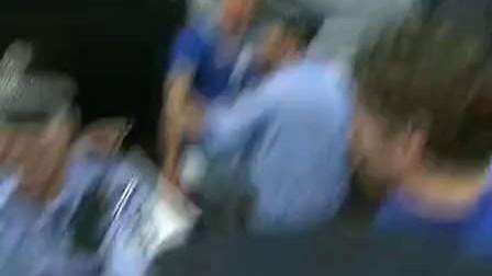 荷兰队抵达北京 球迷疯狂尖叫欢迎罗本范佩西