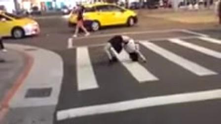台北街头现女鬼下腰倒爬过马路 重现《大法师》桥段