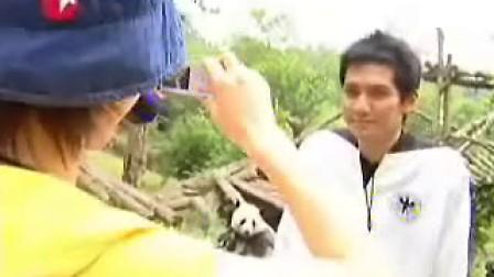 2004-11-08【钟汉良】:【飞利浦尽情自我大考验】抱熊猫 (胡可)
