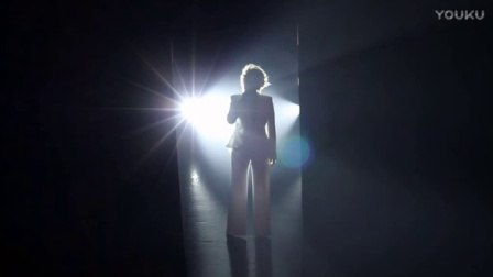 60多岁的甄妮演唱会,现场演唱《哭砂》真正实力派,唱得好听极了