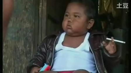 两岁小孩一天抽40根烟~~这个小胖吓到我了!!