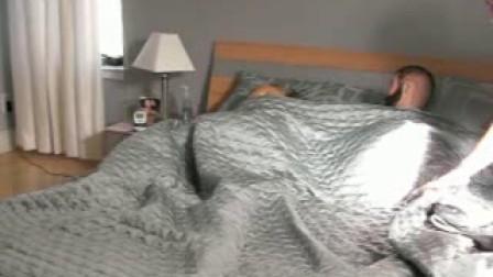 男友恶搞熟睡中的女友