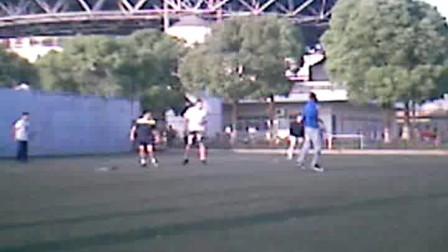 苏大体育场 在踢足球 中国人和法国人踢球