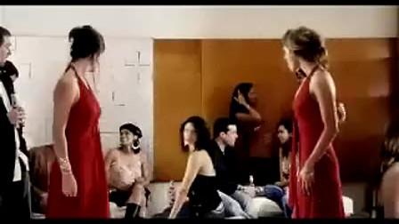 两性感美女穿上同样的衣服相遇