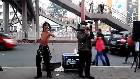 广州街边残疾流浪歌手阿龙演唱 朋友别哭图片